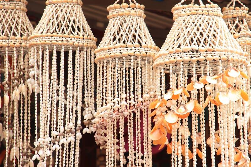 灯的壳树荫 海纪念品手工制造从白色海扇壳拍卖游人的 白色灯罩为 图库摄影