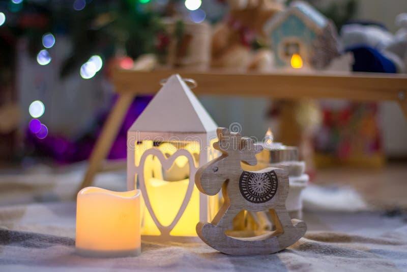 灯笼和木驯鹿圣诞装饰 免版税库存图片