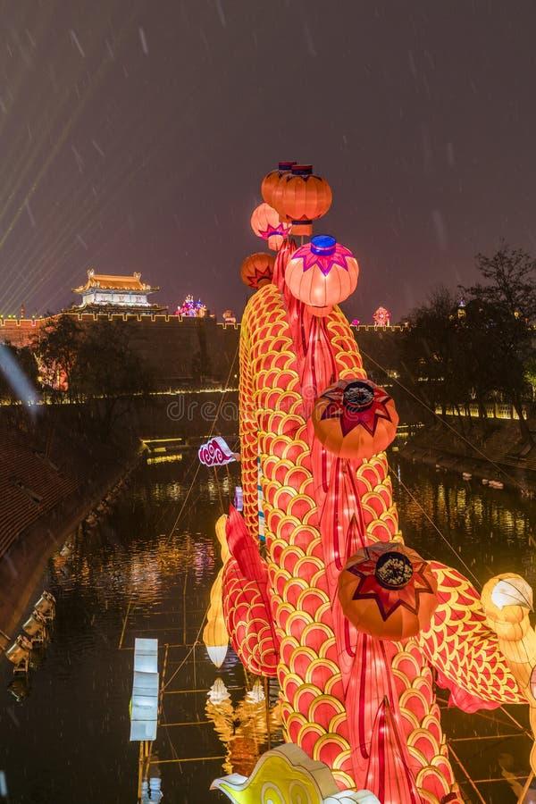 灯笼和点燃展示在古城墙壁南门为庆祝中国春节,西安,陕西,瓷 免版税库存图片