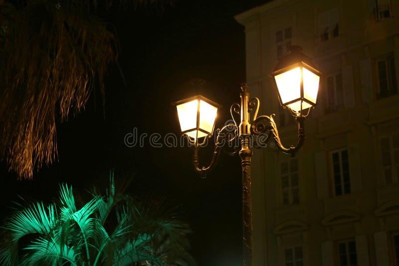 灯笼在晚上在尼斯的市中心,法国 免版税库存图片