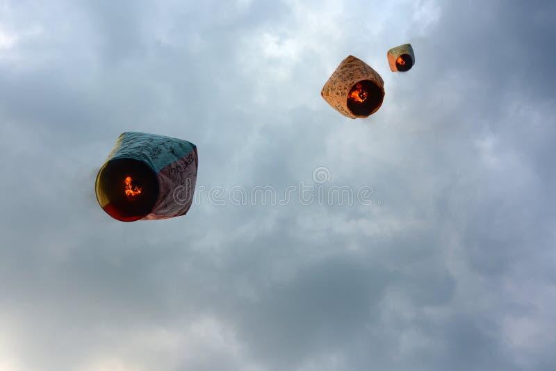 灯笼运载农历新年愿望入天堂在平溪天空灯节在台湾 免版税库存照片
