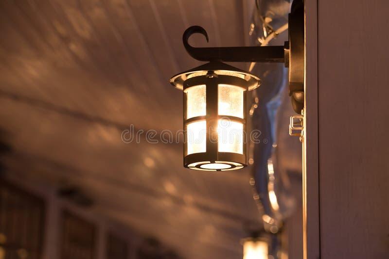 灯笼,灯,装饰外部在咖啡馆 免版税库存图片