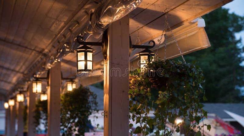 灯笼,灯,装饰外部在咖啡馆 库存照片