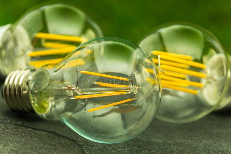 绿灯,与各种各样的芯片的E27 LED电灯泡 免版税库存照片