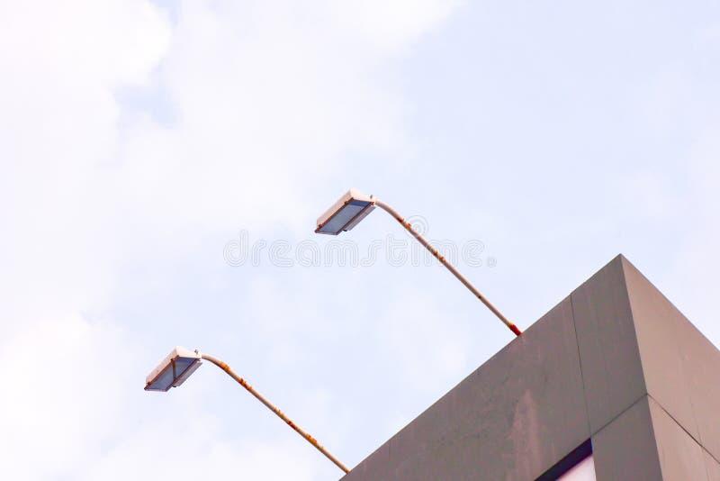 灯LED街道LED在大厦的灯柱 对路照明设备的展示光 免版税库存图片