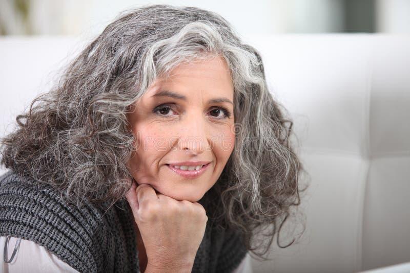 灰发的妇女 免版税库存图片