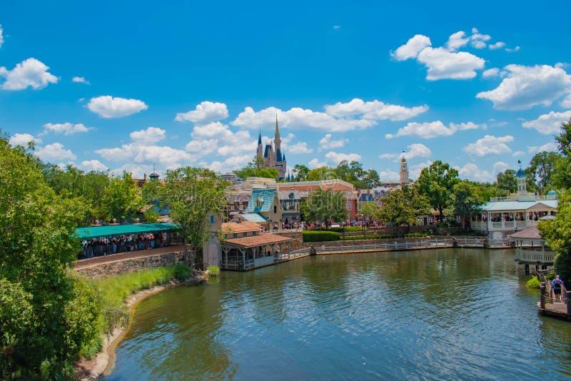 灰姑娘的Casttle顶视图和自由广场地区的船坞边在华特・迪士尼世界手段的3不可思议的王国 免版税库存照片