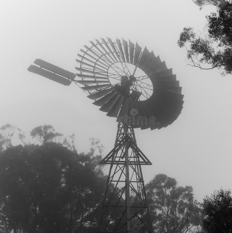 灰度的有雾的windmil 免版税库存照片