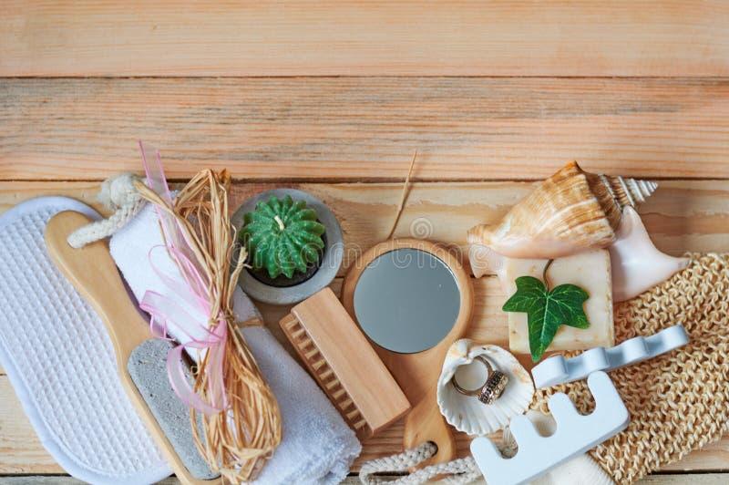 灰棕色蜡烛dayspa自然本质集合设置肥皂温泉毛巾健康 免版税库存照片
