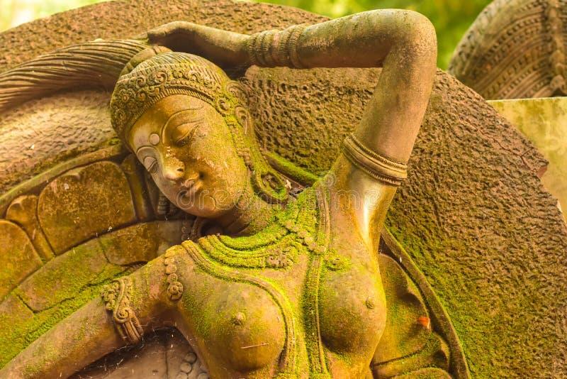 灰泥女神神圣与绿色青苔 免版税库存图片