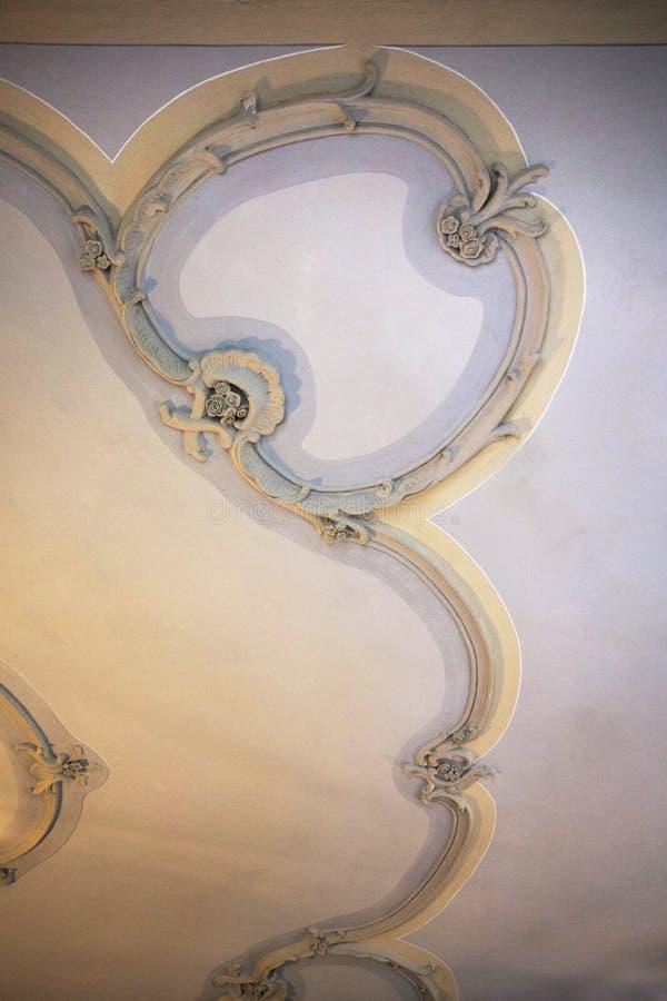 灰泥装饰品 背景装饰物 古典主义者建筑学细节 巴洛克式的装饰天花板 库存图片