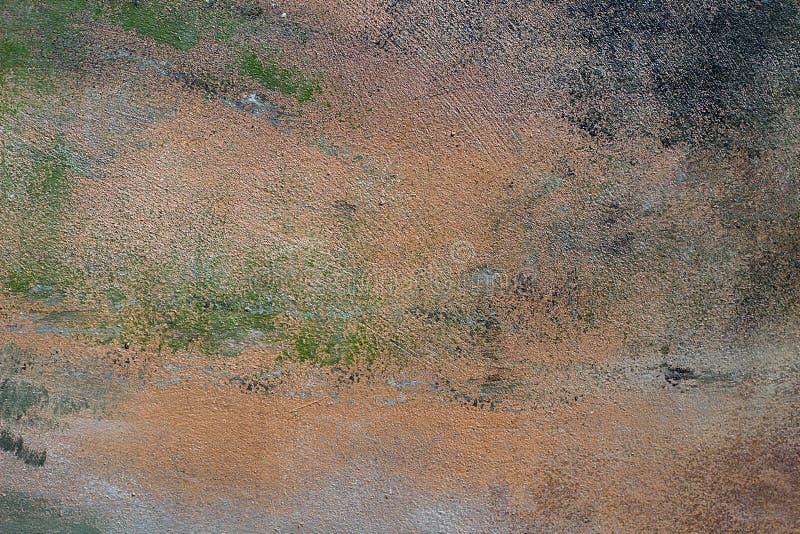 灰绿老旧混凝土墙有裂缝,有深划痕,有绿漆污迹 粗糙表面纹理 库存照片