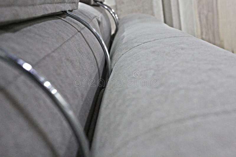 灰色丝绒沙发的后面和垫头之物的细节 免版税图库摄影