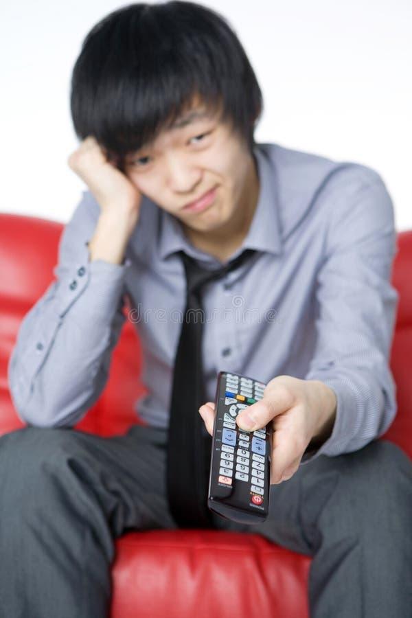 灰色人衬衣微笑的电视注意年轻人 库存图片
