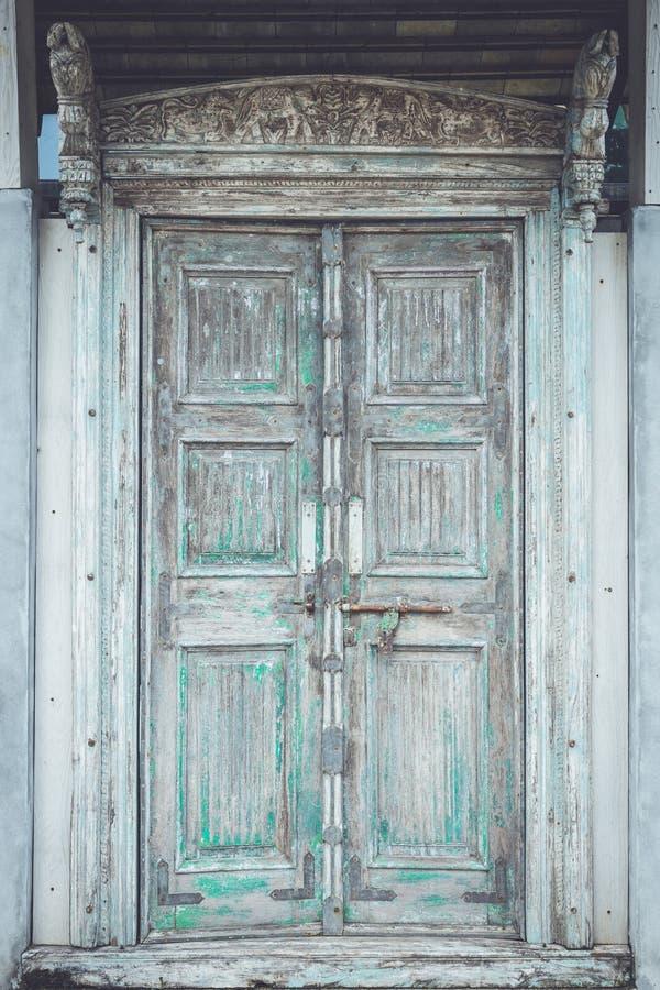 灰色减速火箭的样式木门有生锈的门闩背景, textur 免版税库存照片