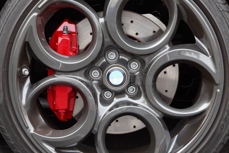 灰色合金跑车轮子和盘式制动器特写镜头 库存图片