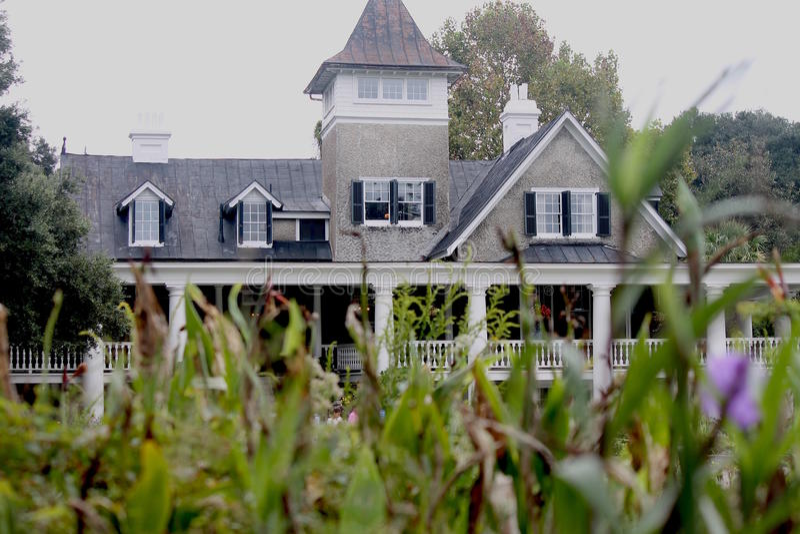 灰色和白色南部的房子 免版税库存照片