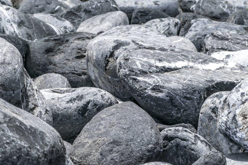 灰色和白色大小卵石石堆背景 自然环境装饰材料 石篱芭或墙壁 免版税图库摄影