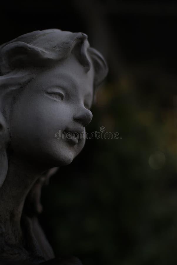 灰色天使膏药雕象,低调 免版税库存照片