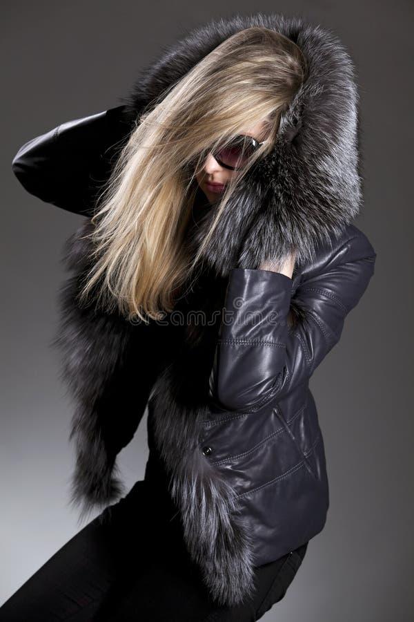 灰色夹克太阳镜妇女 图库摄影