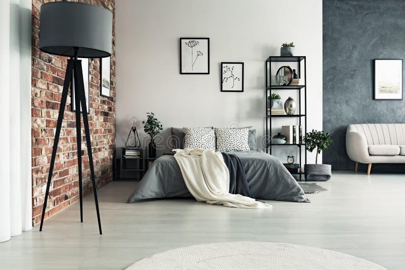 灰色宽敞的公寓 免版税库存照片