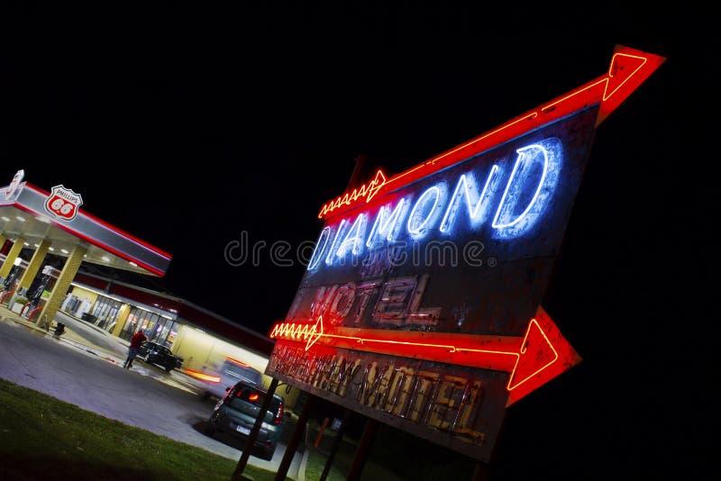 灰色山顶,密苏里,美国-大约2016年6月-在路线66的金刚石旅馆霓虹汽车旅馆标志 免版税库存图片