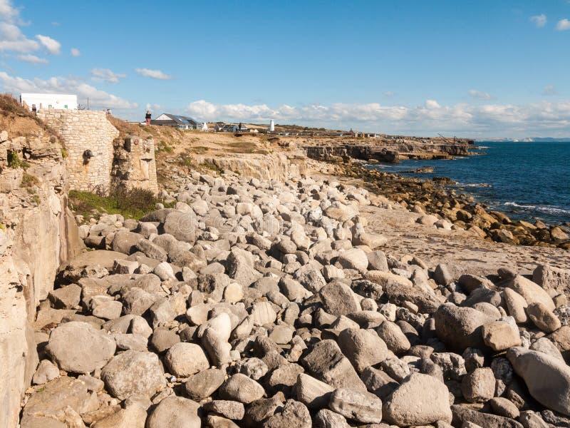 灰色岩石纹理在海岸海滩风景背景自然的 免版税库存图片