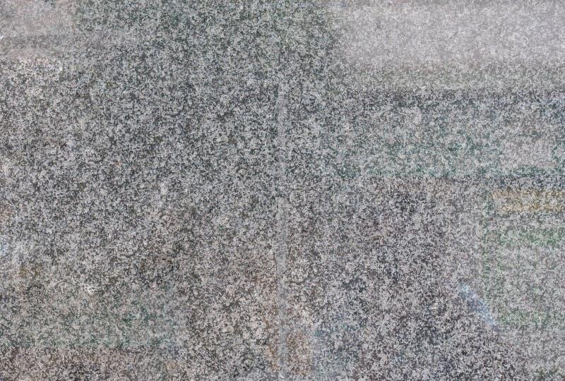 灰色擦亮了在大厦的墙壁上的花岗岩瓦片 免版税库存照片