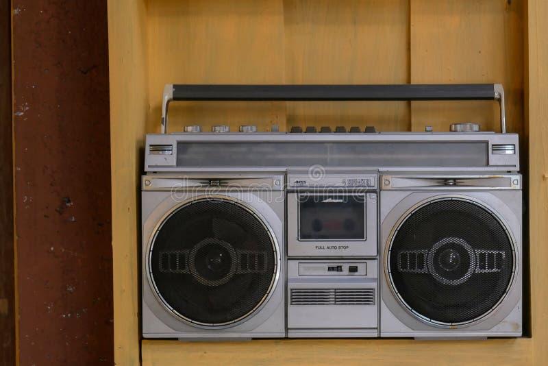 灰色无线电卡式磁带立体声葡萄酒唱机有木背景 图库摄影