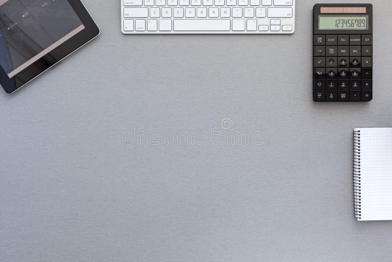 灰色木书桌的经典工作地点 免版税图库摄影