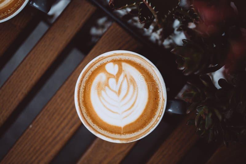 灰色杯子热奶咖啡 免版税库存照片