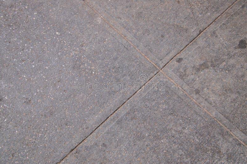 灰色水泥小路接近的看法有相交的镇压的 库存照片