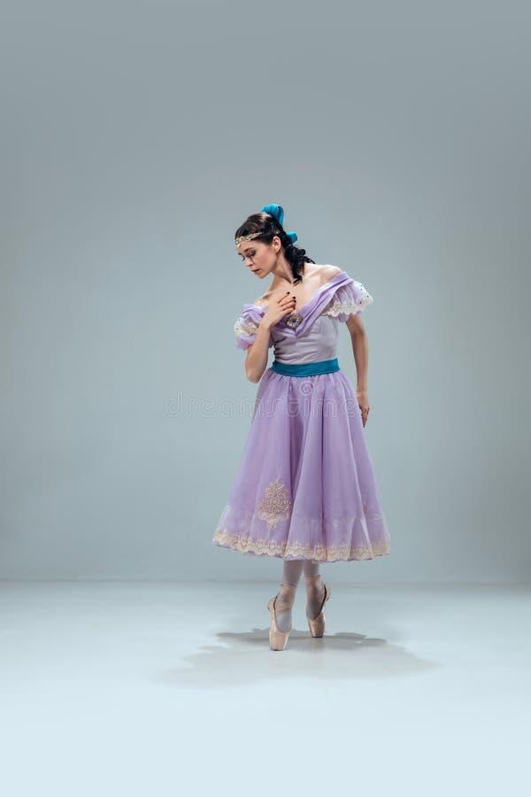 灰色演播室背景的当代舞厅舞蹈家 免版税图库摄影