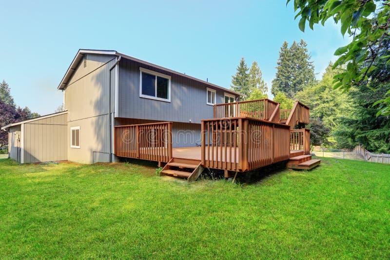灰色漫步者房子后院视图有上部和下甲板的 免版税图库摄影