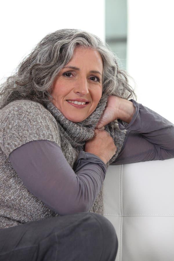 灰色的妇女 免版税库存照片
