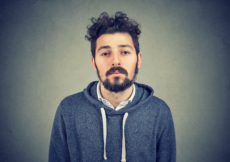 灰色的无合理动机的懒惰年轻人 免版税图库摄影
