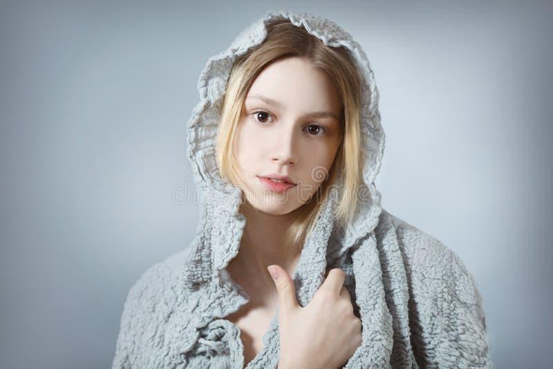 灰色的自然女孩 免版税库存照片