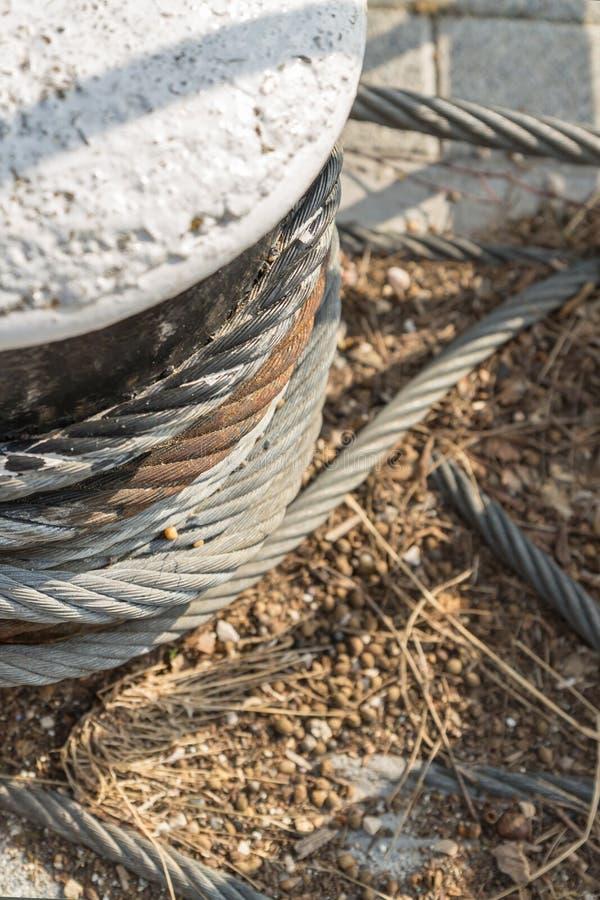 灰色石圆的码头紧固件特写镜头的垫座生锈的强有力的绳索垂直的基地设计零件 免版税库存图片