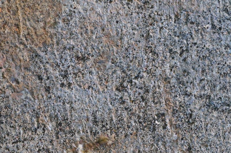 灰色粗糙的具体石墙纹理,水平的宏观特写镜头老年迈的被风化的详细自然ay土气织地不很细脏 图库摄影