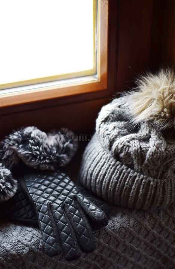 灰色编织了羊毛围巾、手套和帽子 图库摄影