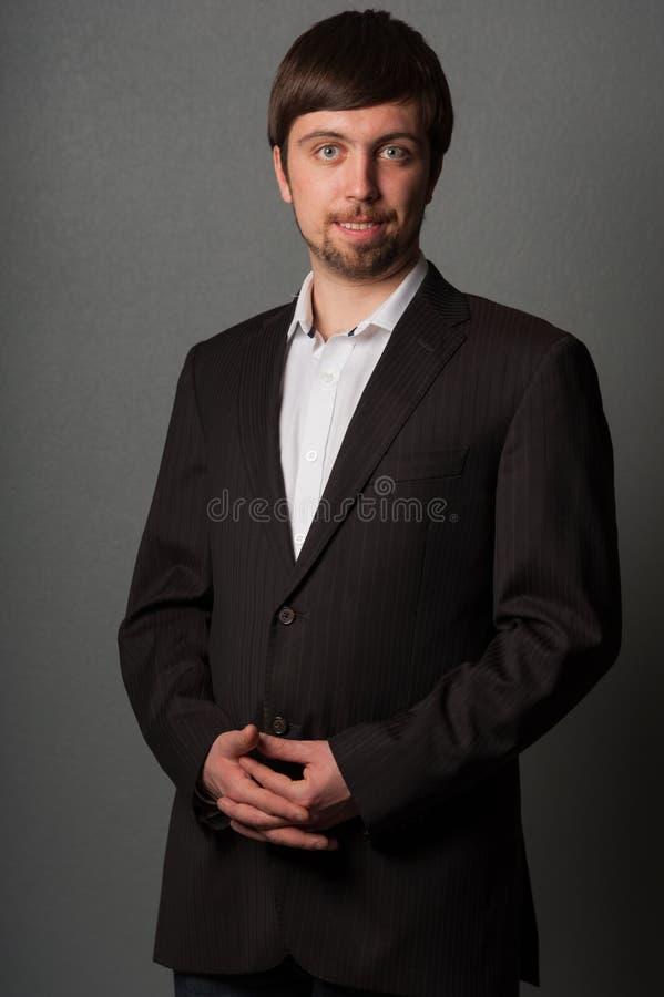 灰色背景的商人 免版税图库摄影