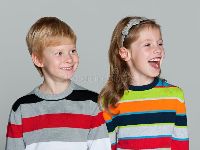 灰色背景的快乐的孩子 免版税图库摄影