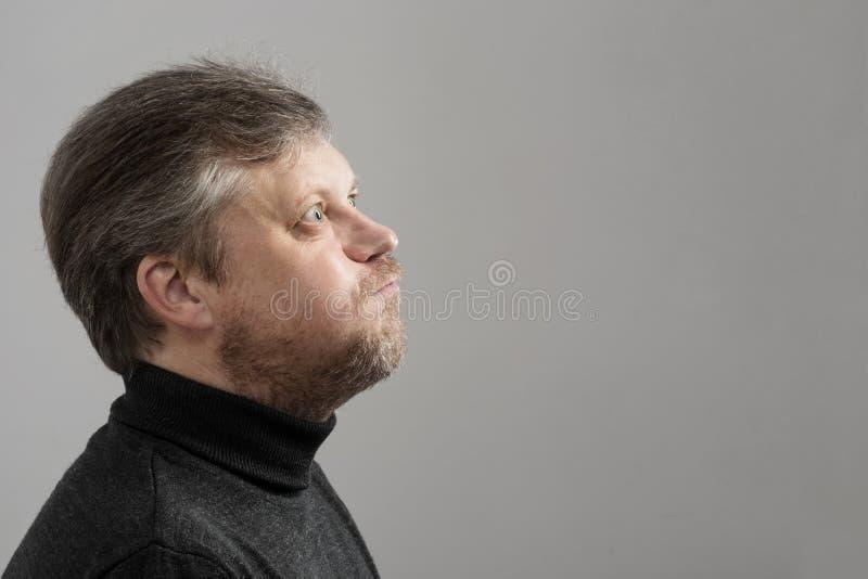 灰色背景的成熟人 图库摄影
