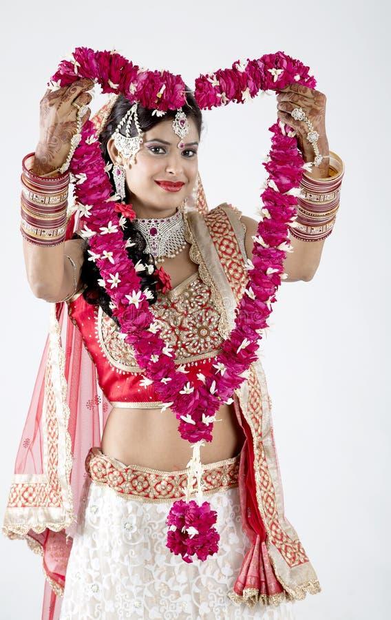 灰色背景的美丽的印地安回教新娘与诗歌选 免版税图库摄影