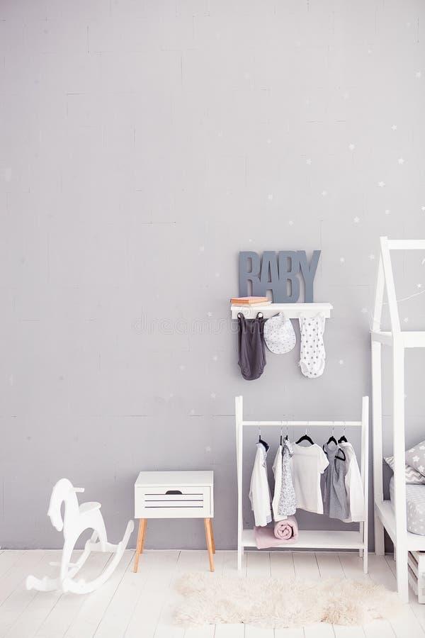 灰色背景的词婴孩 题字小孩 儿童` s屋子的内部的细节 儿童卧室 库存图片