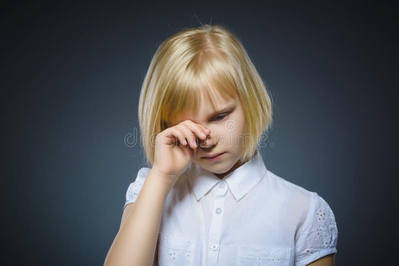 灰色背景的进攻哭泣的女孩 免版税库存照片
