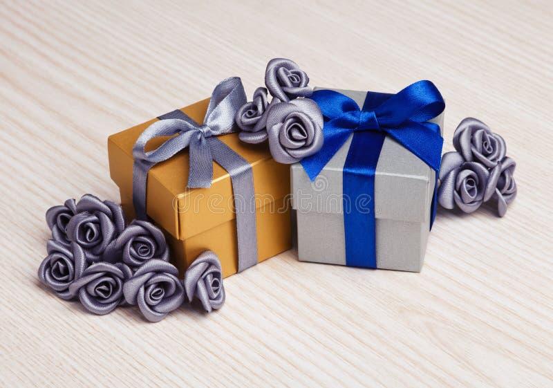 灰色花和两个礼物盒 库存图片