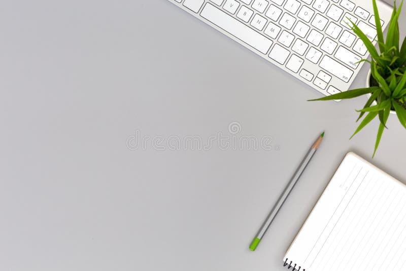 灰色表的工作地点与企业和生活方式项目 库存照片
