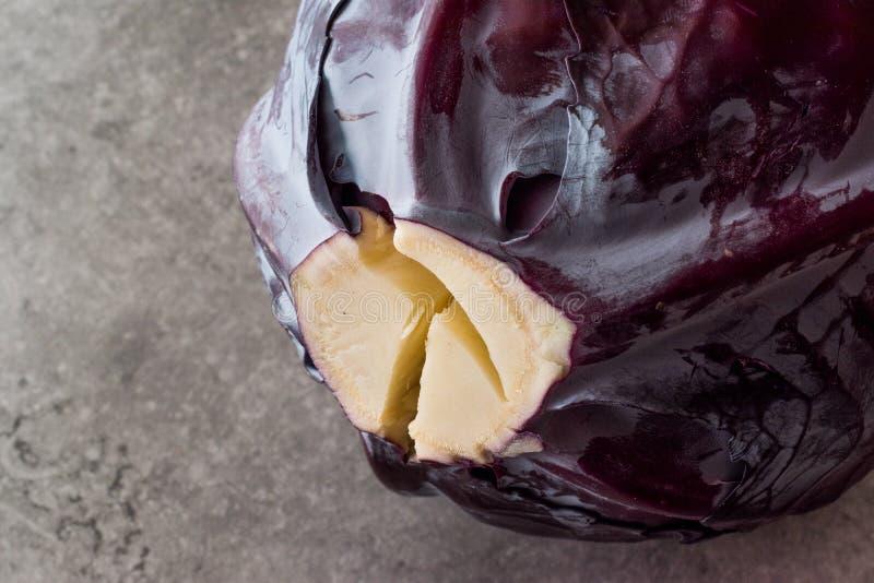 灰色表面上的整个红叶卷心菜 库存图片