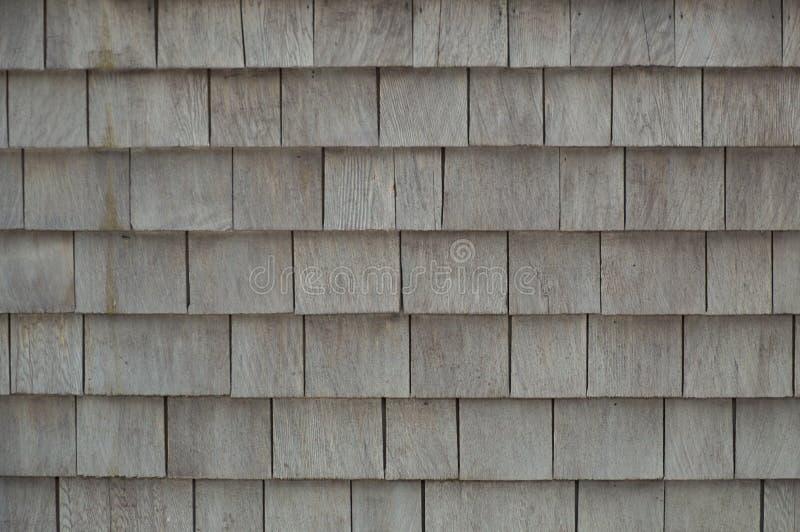 灰色被风化的雪松震动木瓦背景 库存照片